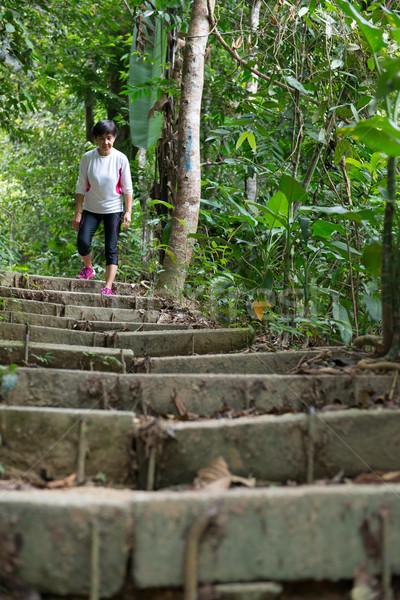 Asian vrouw wandelen jungle senior regenwoud Stockfoto © kenishirotie