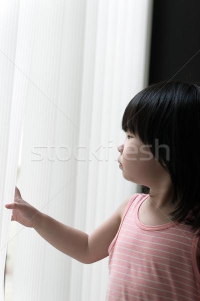 Photo stock: Triste · petite · fille · regarder · fenêtre · peu · asian