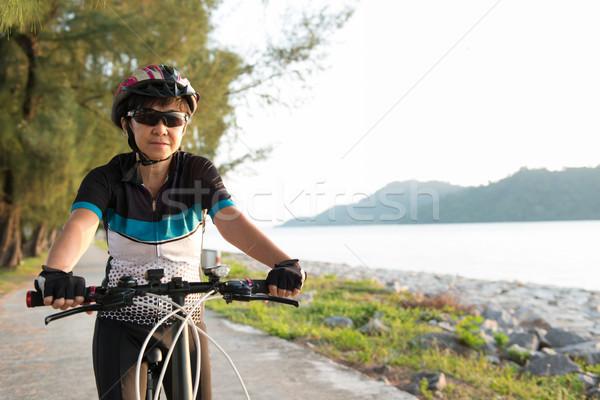 Alegre altos mujer equitación bicicleta Asia Foto stock © kenishirotie