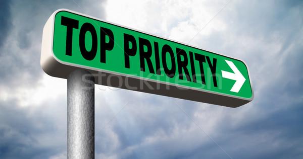 Foto stock: Topo · prioridade · importante · placa · sinalizadora · seta · alto