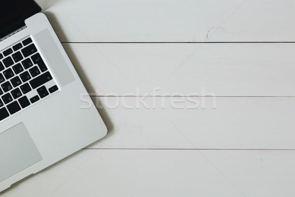 Portable blanche bois bureau clavier d'ordinateur portable table en bois Photo stock © kkolosov