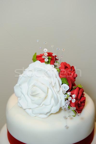 Düğün pastası dekorasyon kırmızı beyaz güller düğün Stok fotoğraf © KMWPhotography
