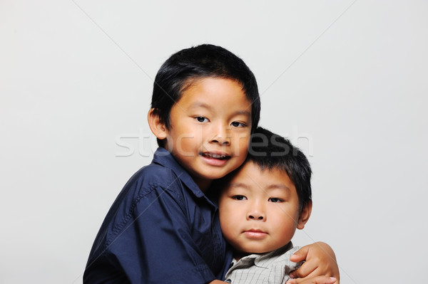 Aranyos ázsiai fiútestvérek ölelkezés visel okos Stock fotó © KMWPhotography