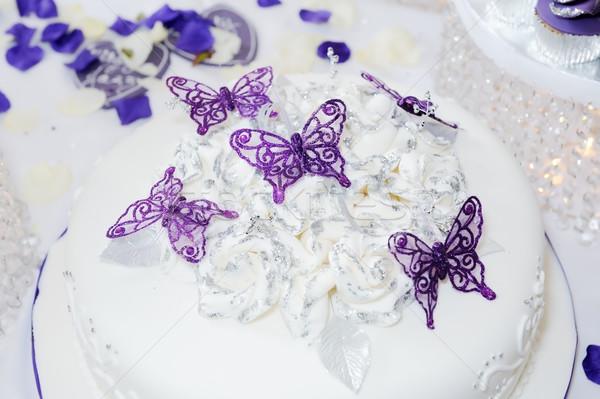 Esküvői torta fehér lila pillangó dekoráció torta Stock fotó © KMWPhotography
