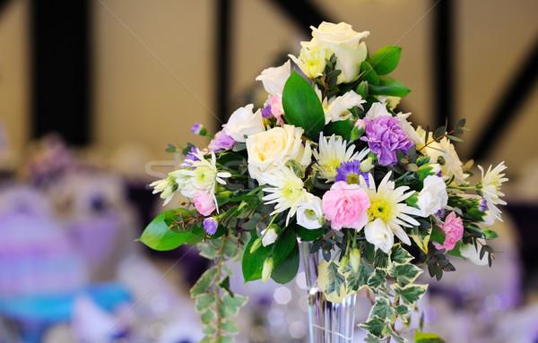 Virágok díszít asztal esküvői fogadás Stock fotó © KMWPhotography