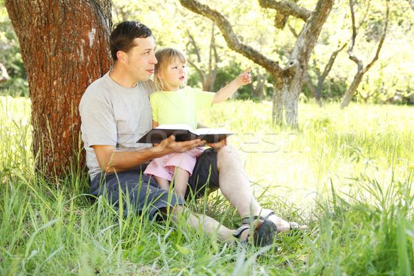 Jóvenes padre pequeño hija Biblia ninos Foto stock © koca777