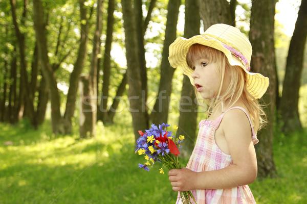 Güzel küçük kız buket çiçekler doğa aile Stok fotoğraf © koca777