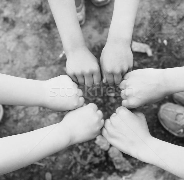 Ręce grupy dzieci szczęśliwy dziecko zespołu Zdjęcia stock © koca777
