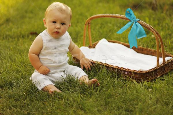 Foto stock: Pequeño · nino · cesta · naturaleza · familia · hierba