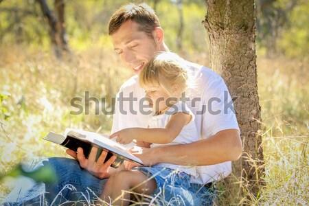 Foto stock: Padre · pequeño · hija · Biblia · jóvenes · árbol