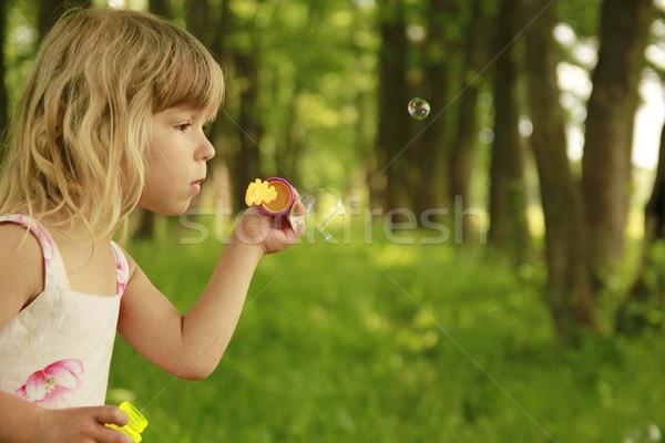 Stock foto: Kleines · Mädchen · Seifenblasen · Mädchen · Frühling · Kinder · Gras
