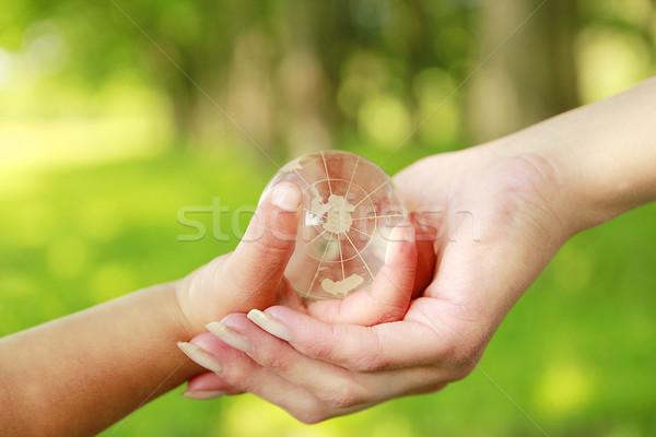 Verre monde main parent enfant herbe Photo stock © koca777