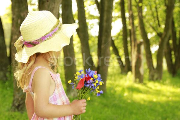 Gyönyörű kislány virágcsokor virágok természet család Stock fotó © koca777