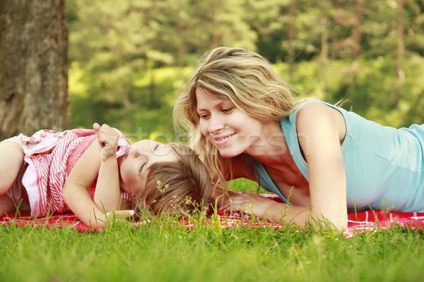 Mamá pequeño hija mentir hierba cielo Foto stock © koca777