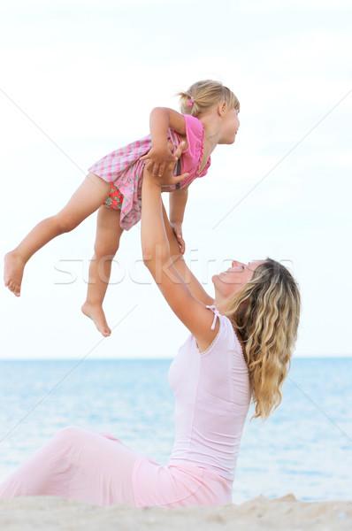Anne kız bankalar deniz plaj kız Stok fotoğraf © koca777