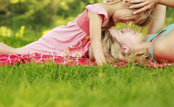 Foto stock: Mamá · pequeño · hija · mentir · hierba · cielo