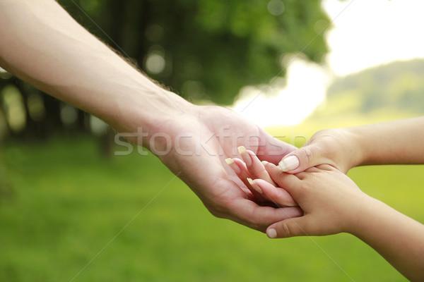 Handen vader moeder kind buitenshuis familie Stockfoto © koca777