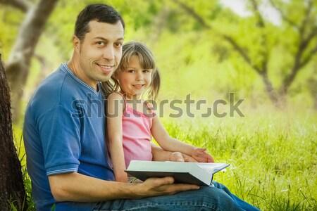 Jeunes père peu fille bible enfants Photo stock © koca777