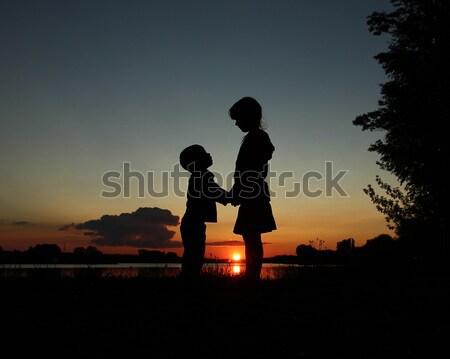 Siluet çocuklar mutlu gün batımı bulutlar güneş Stok fotoğraf © koca777