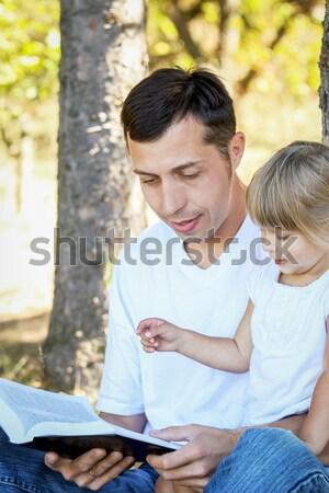 Foto stock: Jóvenes · padre · pequeño · hija · Biblia · árbol