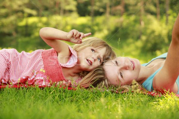 Anne küçük kız çim kadın ağaç Stok fotoğraf © koca777