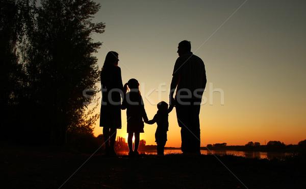 Foto stock: Silhueta · família · feliz · crianças · família · feliz · natureza