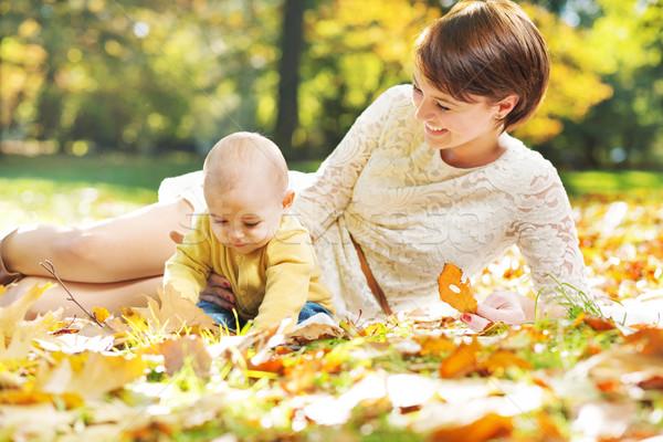 örvend anya néz gyermek baba természet Stock fotó © konradbak