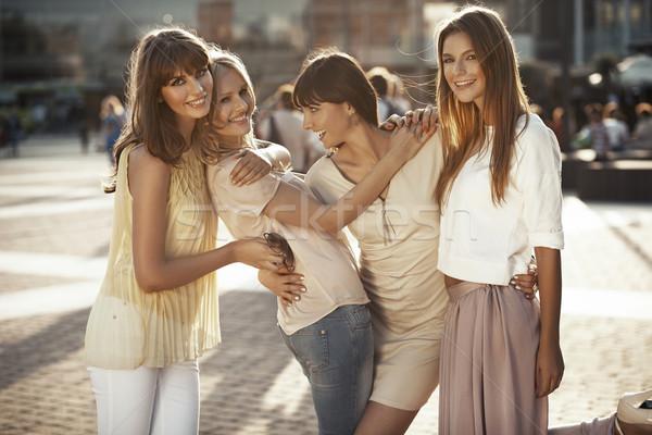 Lachend vriendinnen spelen grappig grappen glimlach Stockfoto © konradbak