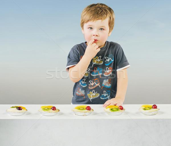 Cute weinig jongen heerlijk fruitcake kid Stockfoto © konradbak