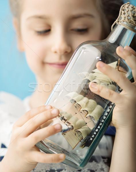 Foto stock: Menina · navio · garrafa · brinquedo · sorrir