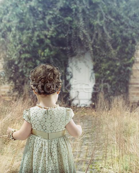 Nina mirando blanco puerta pequeño cute Foto stock © konradbak