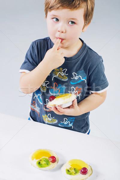 Pequeño nino degustación pastel de frutas delicioso alimentos Foto stock © konradbak
