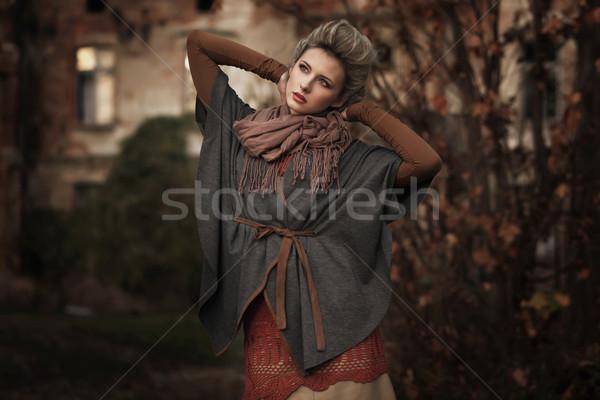 Blond schoonheid poseren hand glimlach bos Stockfoto © konradbak