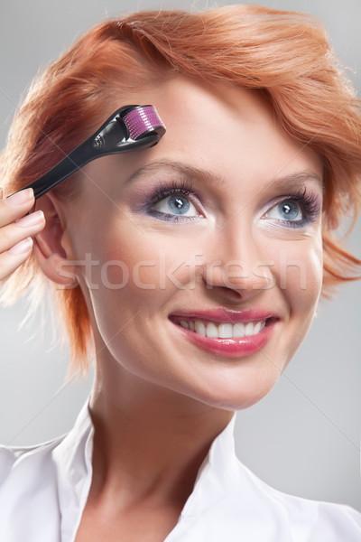 Mooie glimlachende vrouw gezicht haren ruimte teen Stockfoto © konradbak