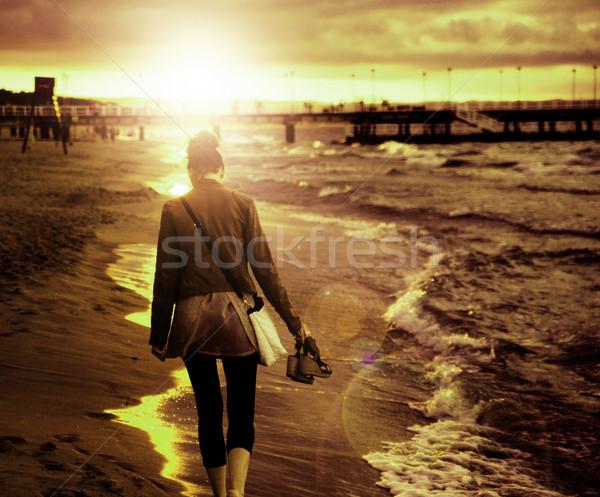 Stock fotó: Művészet · kép · fiatal · nő · sétál · vízpart · fiatal