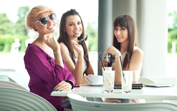 Csoport barát élvezi kávészünet étel szeretet Stock fotó © konradbak