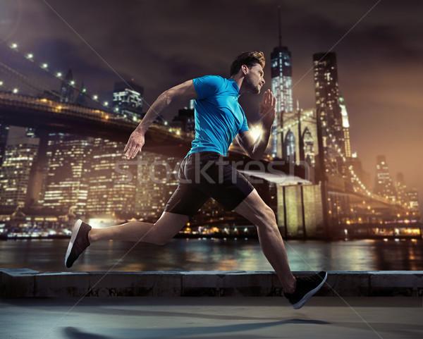 Guapo basculador ejecutando nocturna de la ciudad jóvenes ciudad Foto stock © konradbak