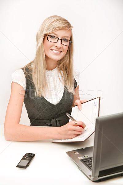 Jonge secretaris vrouwen werk technologie notebook Stockfoto © konradbak