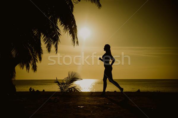 Souple femme formation plage plage tropicale sport Photo stock © konradbak