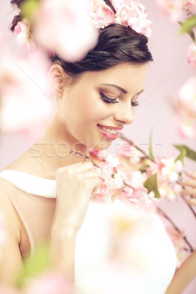 Memnun esmer bayan çiçekler saç kadın Stok fotoğraf © konradbak