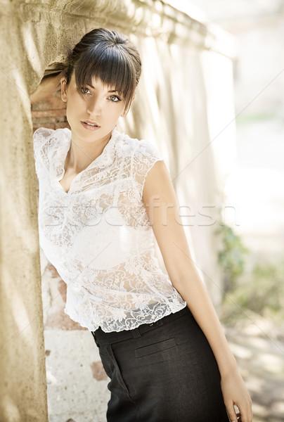 Vonzó fiatal nő napsütés lány mosoly modell Stock fotó © konradbak
