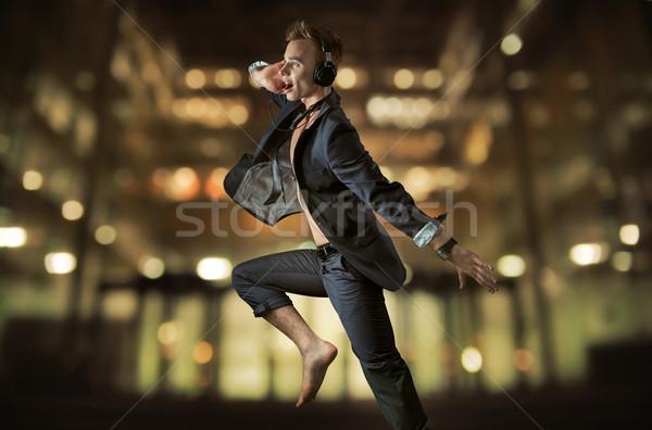 ブロンド ビジネスマン 音楽を聴く 小さな 市 スポーツ ストックフォト © konradbak