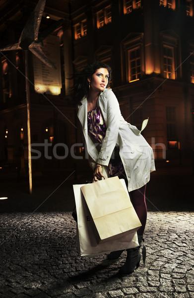 Сток-фото: красивая · женщина · позируют · ночному · городу · женщину · лице · город