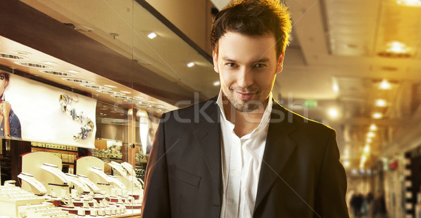 Elegante jóvenes hombre guapo compras centro hombre Foto stock © konradbak