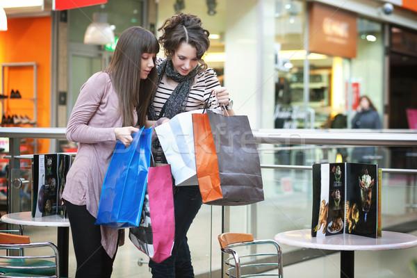 Iki kızlar kız toplantı alışveriş genç Stok fotoğraf © konradbak