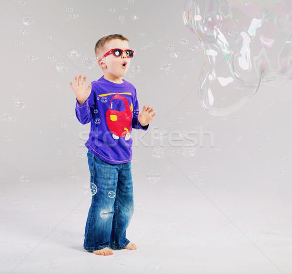 Peu homme jouer bulles de savon enfant espace Photo stock © konradbak