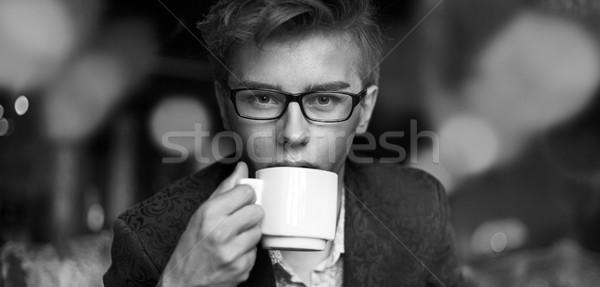 Bello giovani ragazzo bere aromatico caffè Foto d'archivio © konradbak