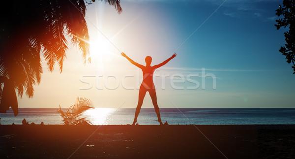 Esnek kadın eğitim plaj tropikal plaj moda Stok fotoğraf © konradbak