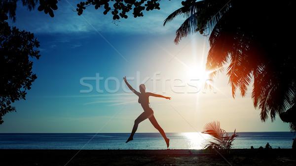 Flexibele vrouw opleiding strand tropisch strand sport Stockfoto © konradbak