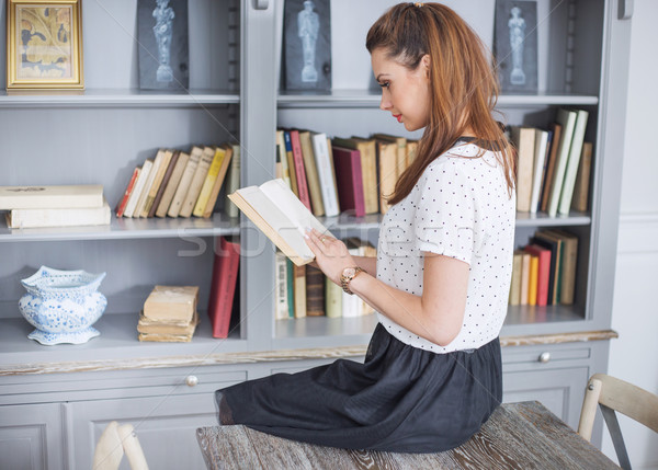 Elegante dame lezing interessant boek vrouw Stockfoto © konradbak